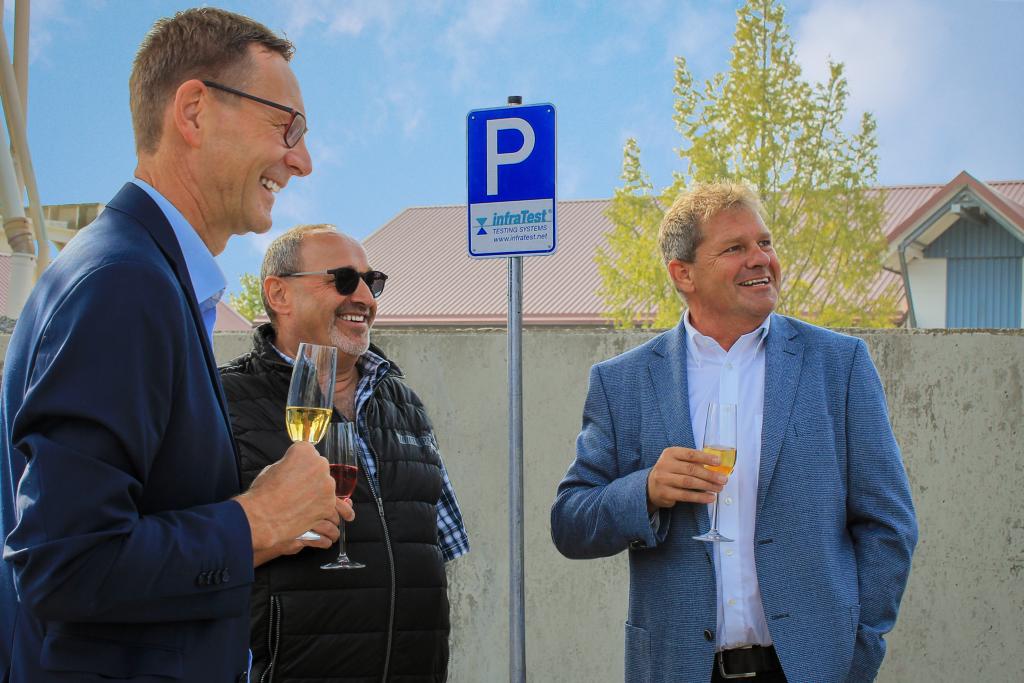 Bürgermeister Thomas Csaszar besucht infraTest Prüftechnik zur Parkplatzeinweihung in Brackenheim